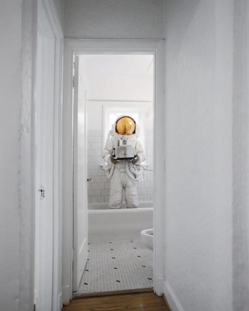 Когда у астронавта отнимают космос: 10 разящих фотоснимков «астронавтов-самоубийц»